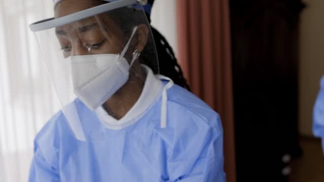 vídeos y material grabado en eventos de stock de vacunación para un paciente en casa - trabajador de primera línea