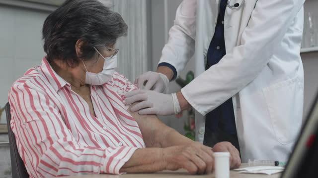 vídeos de stock, filmes e b-roll de vacinação - vacina