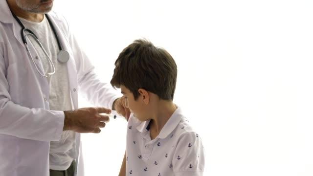 stockvideo's en b-roll-footage met vaccin injectie op jonge patiënt - studio shot