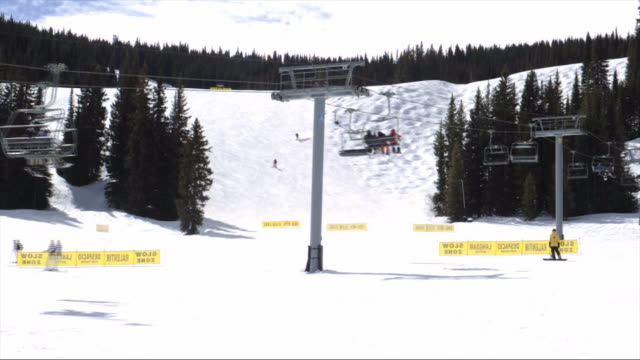 vail resort in vail village vail colorado usa on thursday march 8 2018 - vacanza sulla neve video stock e b–roll