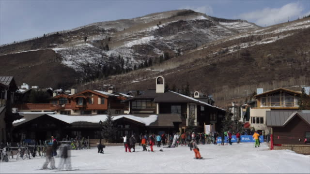 vail resort in vail village vail colorado usa on thursday march 8 2018 - stazione sciistica video stock e b–roll