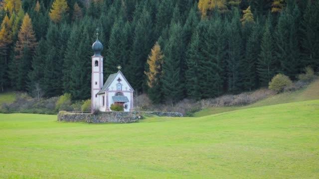 val di funes, san giovanni church & dolomites, italy - sassari stock videos & royalty-free footage