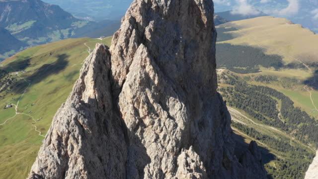 vídeos y material grabado en eventos de stock de vista aérea de dolomitas val di funes - alto adigio