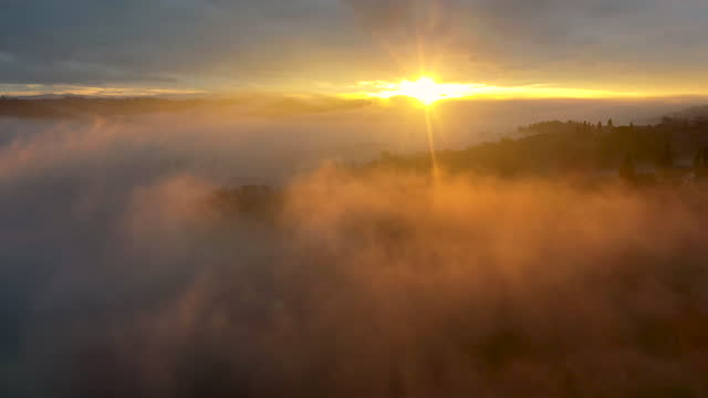 val di pesa morning fog in tuscany, italy - hill video stock e b–roll