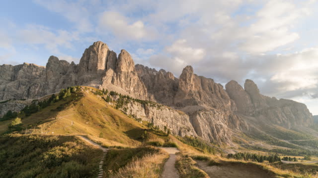 val gardena in dolomites mountain at dusk time lapse - val gardena video stock e b–roll
