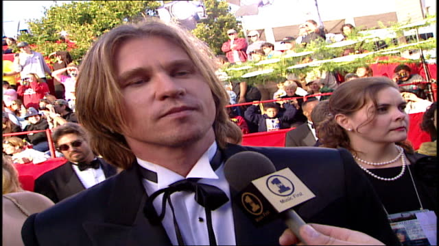 val kilmer discussing soundtracks on the 71st academy awards red carpet - val kilmer stock videos & royalty-free footage
