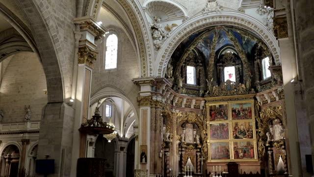vídeos de stock e filmes b-roll de valencia cathedral inside - stock video - catedral