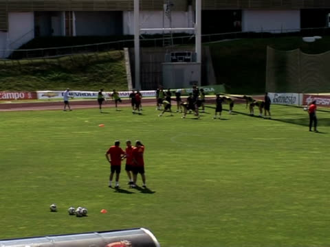 spain enters the world cup on wednesday with its match against switzerland in the spanish camp the expectations are high they're convinced that their... - fußballweltmeisterschaft 2010 stock-videos und b-roll-filmmaterial