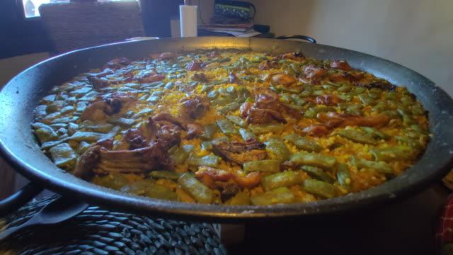 木のテーブルの上のカントリーハウスでバレンシアスペインパエリア - パエリヤ点の映像素材/bロール