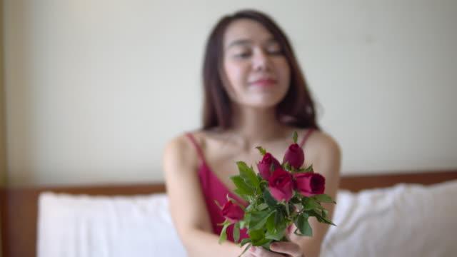 Valentine Tag Frau mit rose Blume auf Bett