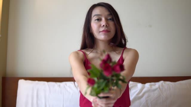 donna di san valentino con fiore di rosa a letto - 20 24 years video stock e b–roll