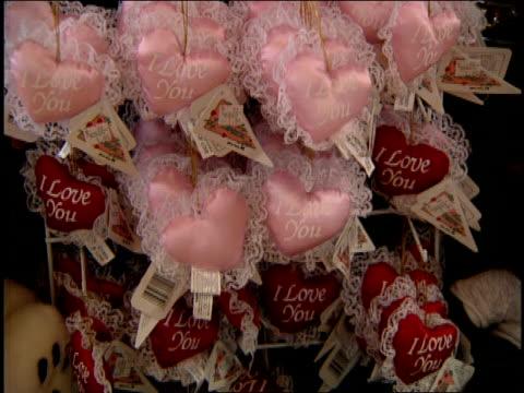 vídeos de stock, filmes e b-roll de valentine's day gifts - símbolo conceitual