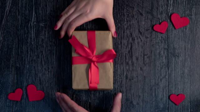 vídeos y material grabado en eventos de stock de día de san valentín, mano humana y regalo para el día de san valentín - tarjeta del día de san valentín