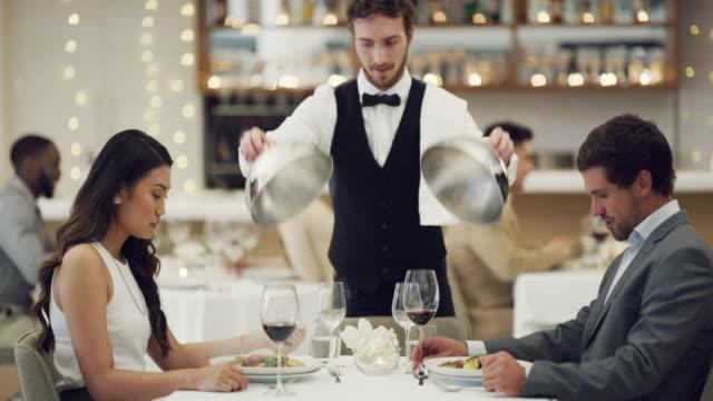 vídeos de stock, filmes e b-roll de dia dos namorados não está completo sem um jantar romântico - jantar sofisticado