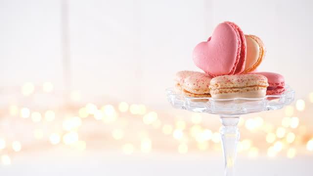 stockvideo's en b-roll-footage met valentijnsdag macarons op draaitafel met fading in en uit tekst - cadeau