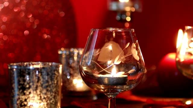 Aftelkalender voor Valentijnsdag romance met rood hart, kaarsen en rozenblaadjes.