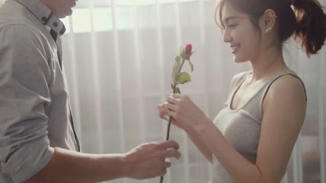 バレンタインデーサプライズ - 歯を見せて笑う点の映像素材/bロール