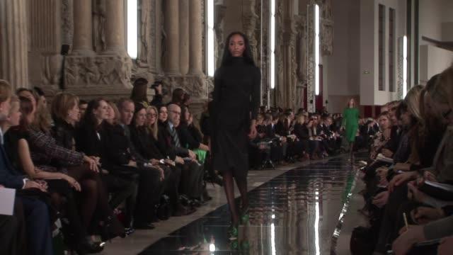 vidéos et rushes de paris fashion week a/w 2009 at paris - podium de défilé