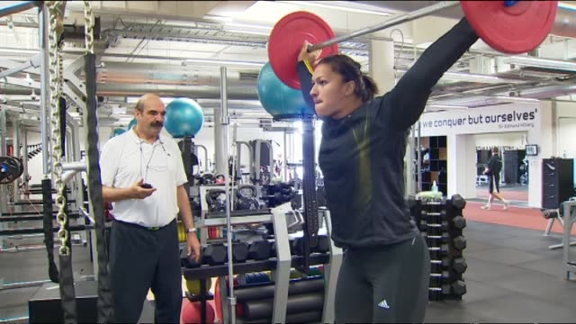 valerie adams lifting weights in gym during training session - lanci e salti femminile video stock e b–roll