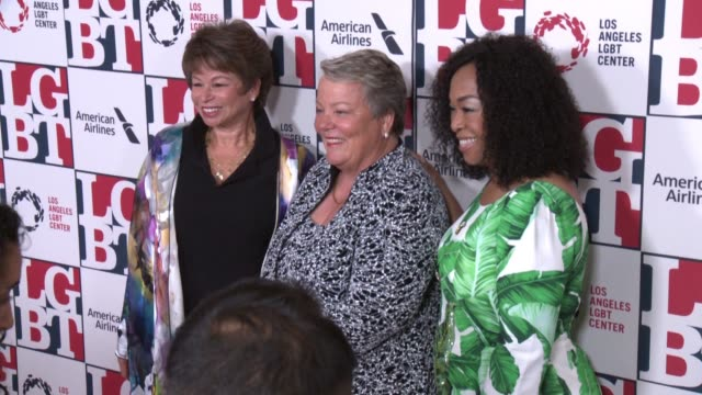 stockvideo's en b-roll-footage met valerie jarrett lorri l jean shonda rhimes at los angeles lgbt center's 48th anniversary gala vanguard awards in los angeles ca - anniversary gala vanguard awards
