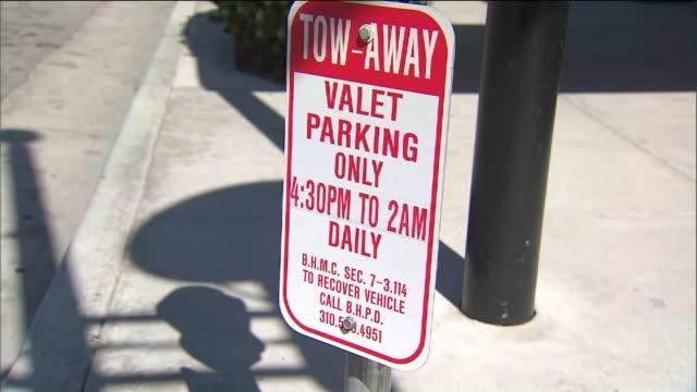vídeos de stock, filmes e b-roll de ktla valet parking sign in beverly hills - mordomo equipe doméstica