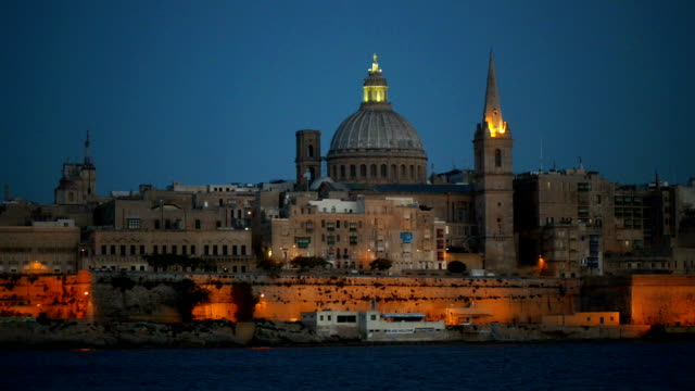 stockvideo's en b-roll-footage met valetta at night - valletta