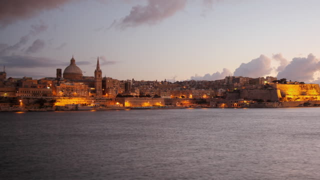 stockvideo's en b-roll-footage met t/l ws zo valetta skyline from sliema, day to night transition / valletta, malta - valletta