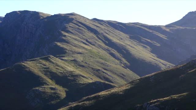 vídeos y material grabado en eventos de stock de ws ms zo valley and  blue sky / mont rochelle nature reserve/ franschhoek/ western cape/ south africa - cabo winelands