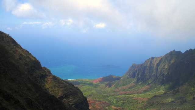 t/l ws ha valley at na pali coast state park / kauai, hawaii, usa - na pali coast state park stock videos & royalty-free footage
