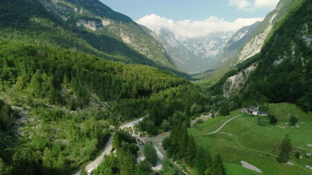 stockvideo's en b-roll-footage met vallei in de sloveense alpen vanuit het drone-oogpunt - groothoek