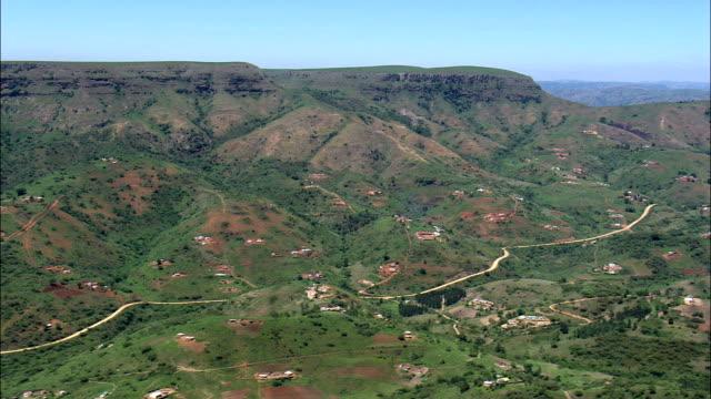 vídeos y material grabado en eventos de stock de valle de a 1000 colinas cerca de mbhukubhu - vista aérea - kwazulu-natal, municipio del distrito de ilembe, ndwedwe, sudáfrica - kwazulu natal