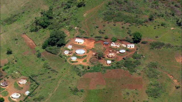 vídeos de stock e filmes b-roll de valley of a 1000 hills near ngcolosi  - aerial view - kwazulu-natal,  ilembe district municipality,  ndwedwe,  south africa - por volta do século 11 dc