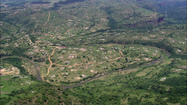 vídeos de stock e filmes b-roll de valley of a 1000 hills near ogunjini  - aerial view - kwazulu-natal,  ilembe district municipality,  ndwedwe,  south africa - por volta do século 11 dc