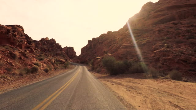 stockvideo's en b-roll-footage met valley of fire - road trip in de verenigde staten - autoreis
