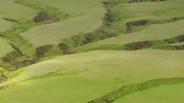 vídeos de stock, filmes e b-roll de ws aerial zi valley of mountain range at landmannalaugur / iceland - islândia central