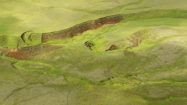 vídeos de stock, filmes e b-roll de ws aerial valley of mountain range at landmannalaugur / iceland - islândia central
