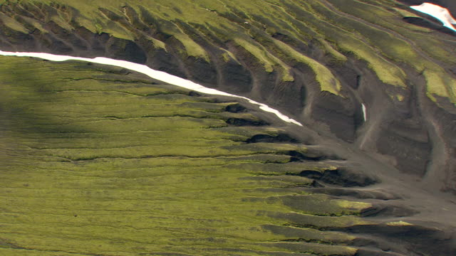 vídeos de stock e filmes b-roll de ws aerial valley of mountain range with snow at landmannalaugur / iceland - vale