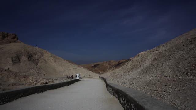 valley of the kings in luxor, egypt - tal der könige stock-videos und b-roll-filmmaterial
