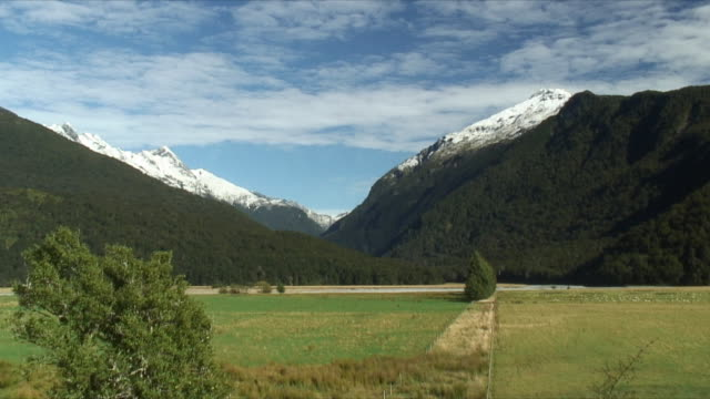 ws valley surrounded by mountains, mt aspiring national park, new zealand - new zealand stock-videos und b-roll-filmmaterial