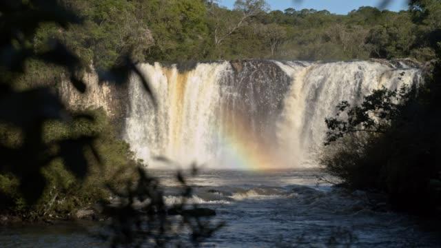 vídeos de stock, filmes e b-roll de cachoeira do vale - cordilheira
