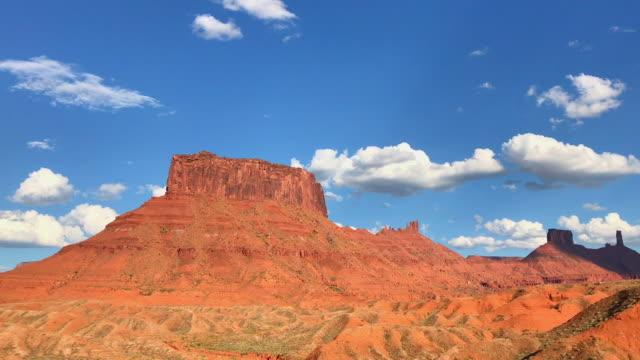 モアブ、ユタ州の近くの赤い岩塔メサの谷 - レッドロックス点の映像素材/bロール