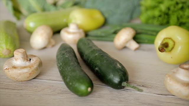 vídeos y material grabado en eventos de stock de rodillo de valiosas vitaminas en los vegetales, b - potasio