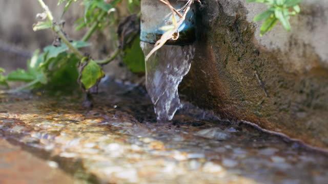 vídeos de stock, filmes e b-roll de água da válvula de drenagem de vazão em águas residuais na estação de tratamento de esgoto. - tanque de armazenamento