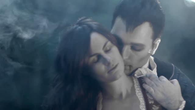 stockvideo's en b-roll-footage met vampire kiss close up - graaf dracula
