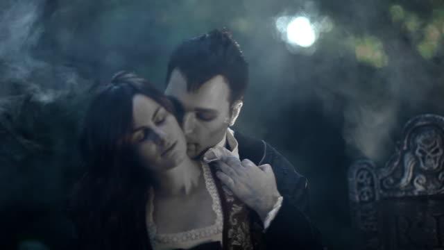 stockvideo's en b-roll-footage met vampire kiss - graaf dracula