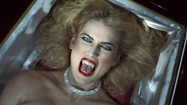 stockvideo's en b-roll-footage met vampier wakker van de dood - doodskist