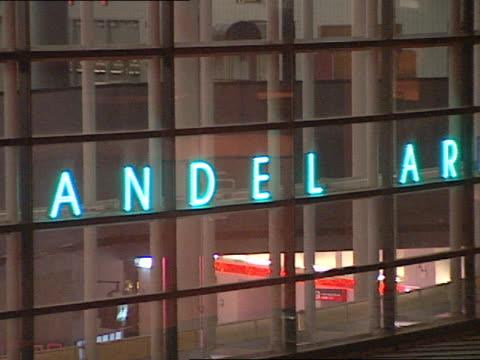 vidéos et rushes de van andel arena reflective building entrance, lit neon-blue electric sign, van andel arena. mi. sports - grand lit