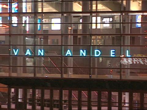 vidéos et rushes de van andel arena reflective building, lit neon-blue electric sign, van andel arena, unidentifiable group of people walking on street lower fg. mi.... - grand lit
