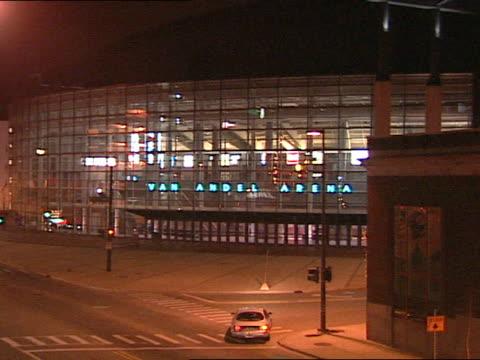 vidéos et rushes de van andel arena reflective building, lit neon-blue electric sign, van andel arena, to partial electric sign letters. mi. sports - grand lit