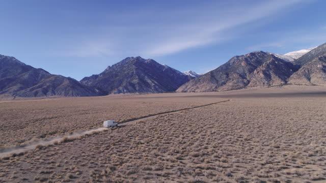 diy-van-home reisen durch die wüste - dessert stock-videos und b-roll-filmmaterial